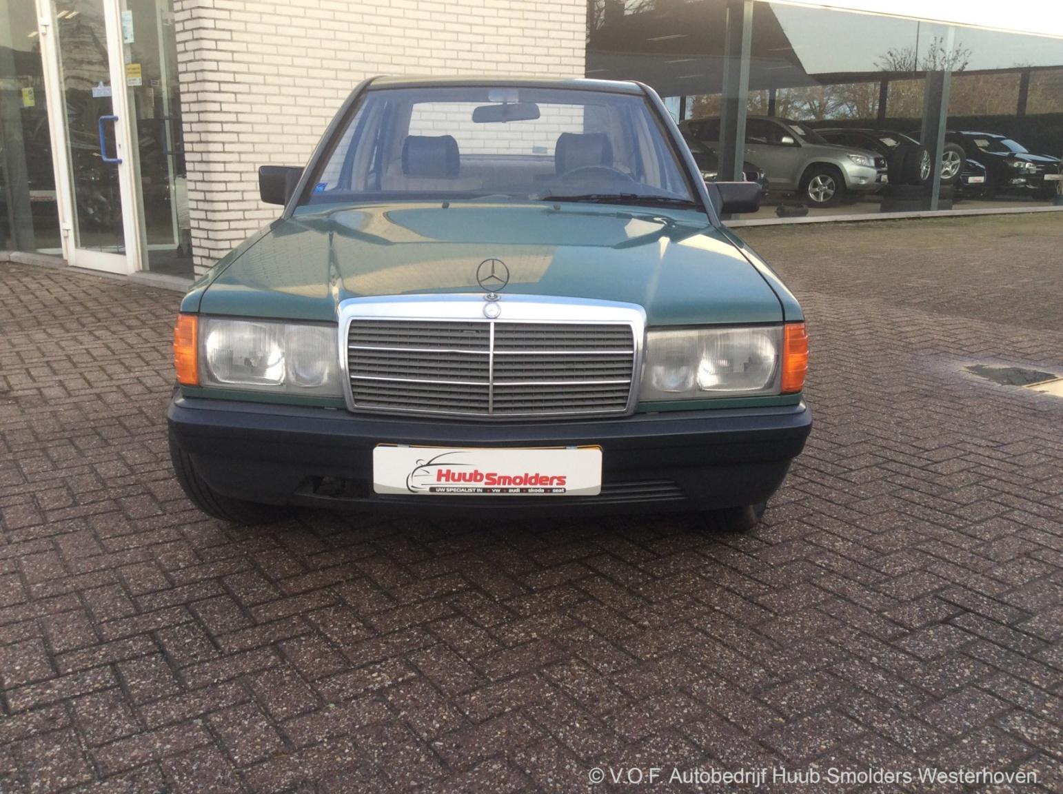Mercedes-Benz-190-1